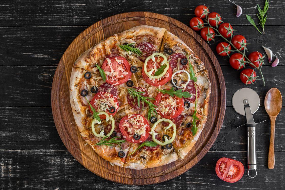 Пицца с колбасой и овощами · бесплатное фото