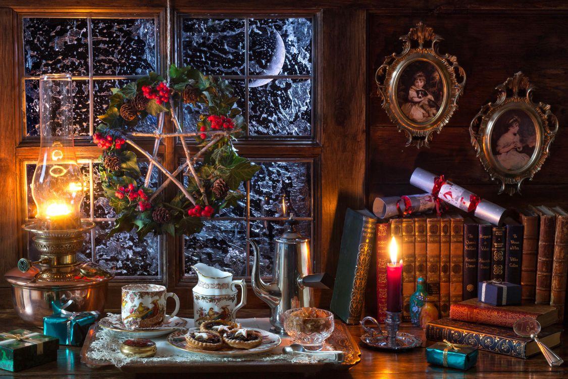 Фото бесплатно натюрморт, кофе, выпечка, домашний фарш, фаршированные пироги, искусственное освещение, свеча, керосин, парафин, лампа, масло, масляная лампа, окно, мороз, праздники