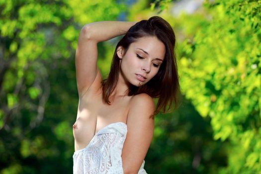 Бесплатные фото Эмми,милая,брюнетка,лес,на открытом воздухе,подростков,сиськи,соски