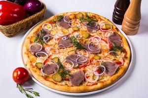 Пицца с мясом и луком · бесплатное фото