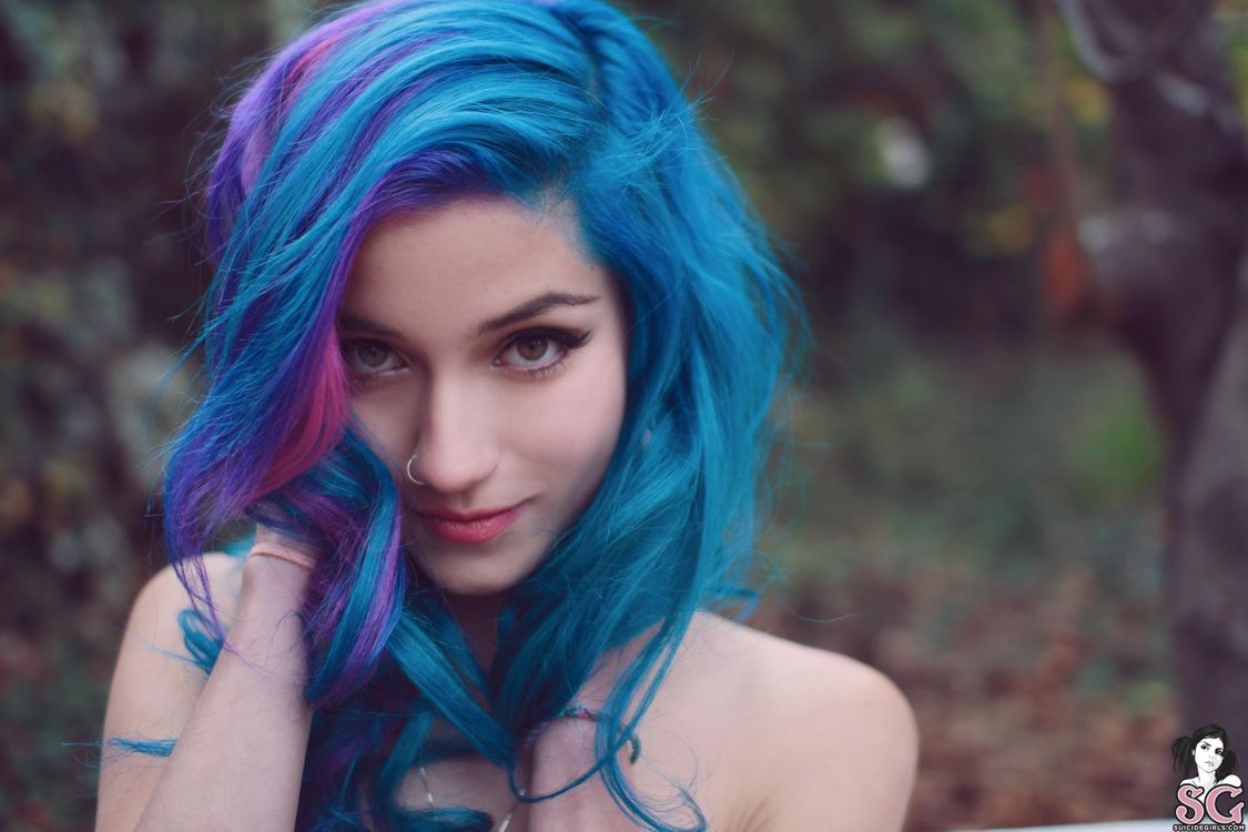 Девушка с голубыми волосами · бесплатное фото