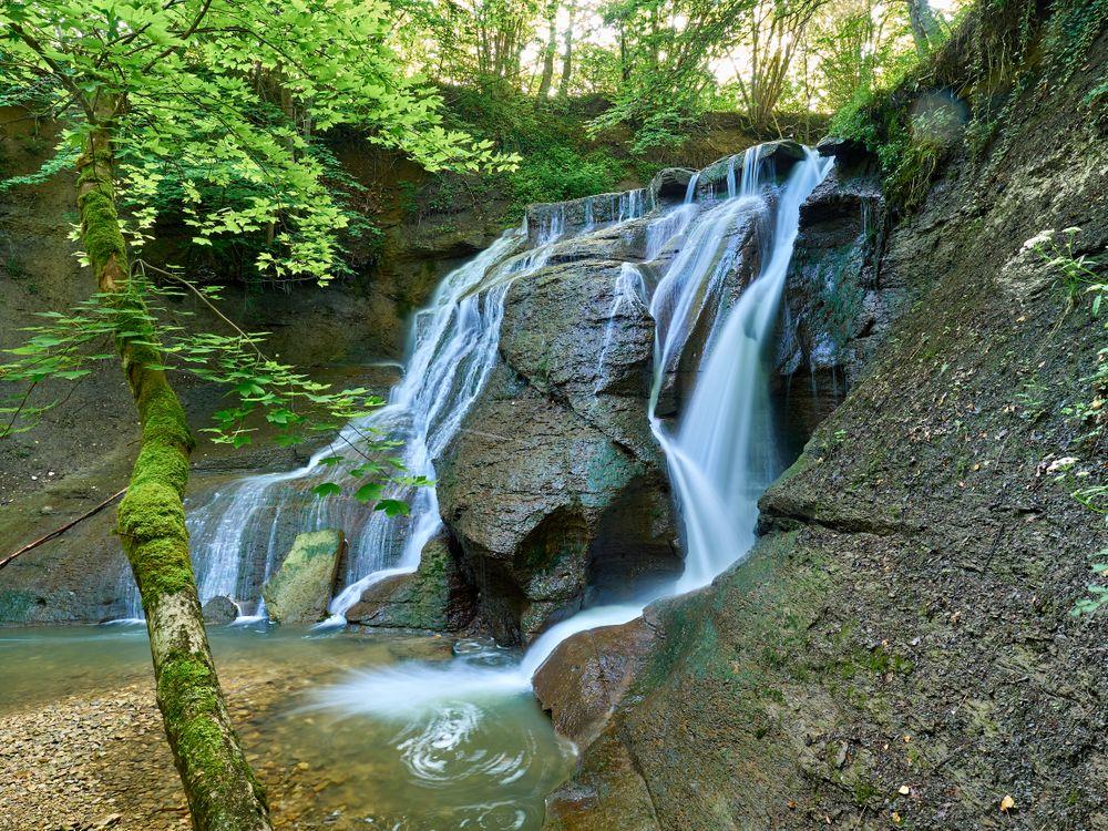 Фото бесплатно водопад, скалы, течение, дерево, природа, пейзаж, пейзажи
