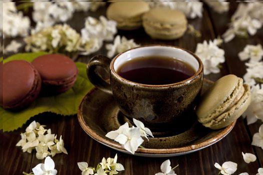 Кофе с макарунами · бесплатное фото