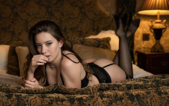 Бесплатные фото Чика,девушка,сексуальная,нижнее белье,чулки,кровать,подушки,черные чулки,попка,черное белье