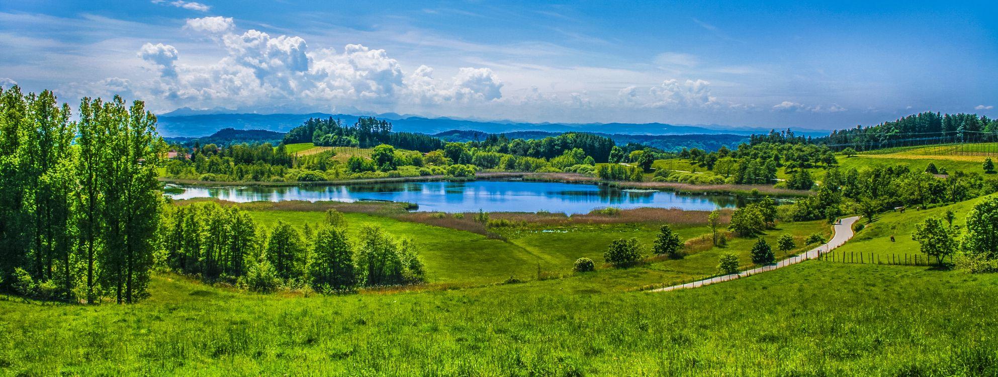 Фото бесплатно альпийский пейзаж, озеро, зеленые пастбища, луг, лето, солнечный луч, облака, панорама, пейзаж, пейзажи