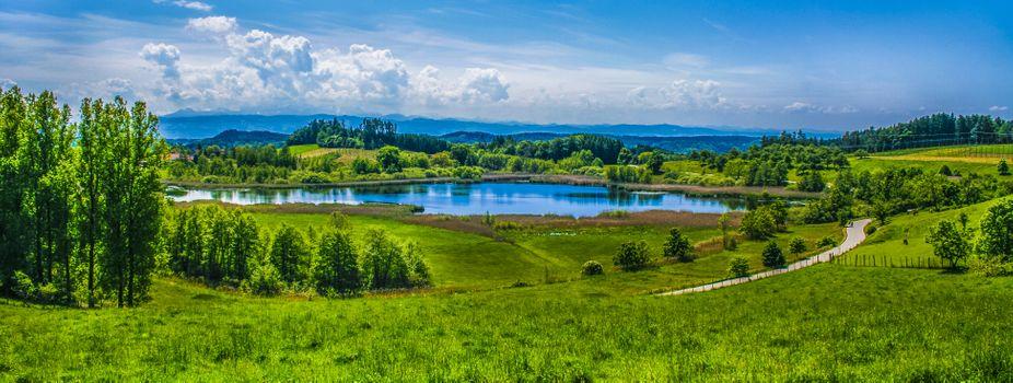 Бесплатные фото альпийский пейзаж,озеро,зеленые пастбища,луг,лето,солнечный луч,облака,панорама,пейзаж
