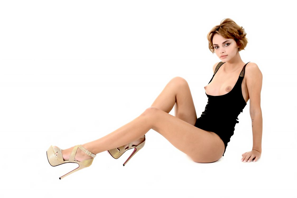 Фото бесплатно Лилит А Ариэла, Руфина Т, модель, брюнетка, нижнее белье, боди, сиськи, ножки, высокие каблуки, Туфли на шпильке, мягкий фокус, пухлые соски, Соски, эротика