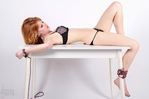 Миа Солис привязана к столу · бесплатное фото