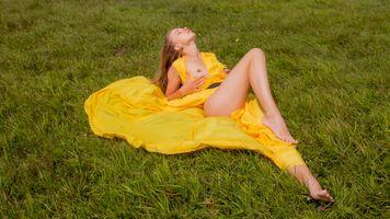 Фото бесплатно желтое платье, платье, брюнетка
