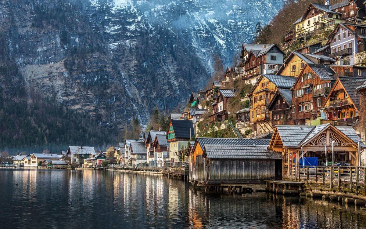 Фото бесплатно пейзаж, горы, природа, озеро, здания, дома, лодки, Австрия, Альпы, город - скачать на рабочий стол