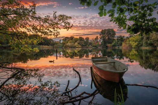 Бесплатные фото закат,озеро,лодка,деревья,отражение,природа,небо,пейзаж