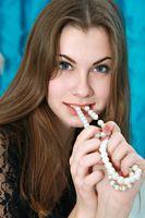 Бесплатные фото Marta E,кусает бусы,сорочка,черная,прозрачная,шатенка,красивая