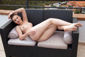 Бесплатные фото Аната,брюнетка,на открытом воздухе,диван,голая,сиськи,большие сиськи