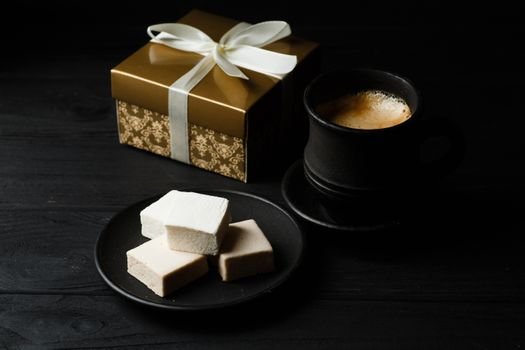 Кофе и подарочная коробка · бесплатное фото