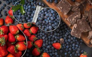 Заставки шоколад,ягоды,черника,клубника,плитки