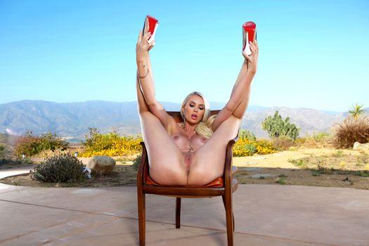 Бесплатные фото gigi allens,outdoors,nude,legs,chair,pussy,сиськи,каблуки,бритая,блондинка,половые губы,ноги вверх