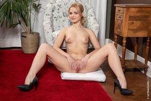 Бесплатные фото Lika Star,красотка,голая,голая девушка,обнаженная девушка,позы,поза
