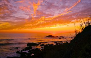 The sunset painted the sea of clouds · free photo