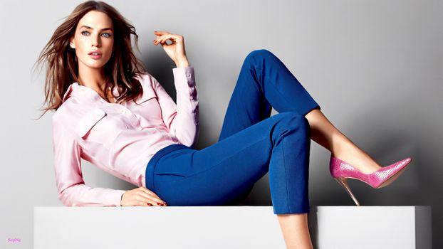Бесплатные фото Криста Кобер,топ-модель,брюнетка,чувственные губы,рубашка,джинсы,высокие каблуки,Туфли на шпильке,мода,гламур,Канада