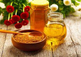 Мёд и миска со специями · бесплатное фото