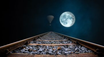 Фото бесплатно полнолуние, gleise, ночь, воздушный шар, железнодорожных, бесконечности, мрачный, рельсы железнодорожные, заброшенный, настроение, лунный свет, луна, перспектива, ассамблея, железная дорога, сумерки