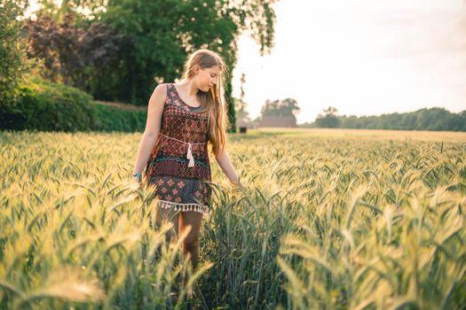 Заставки сельское хозяйство,светлые волосы,зерновой,кукуруза,кукурузное поле,сельская местность,урожай,платье,ферма,сельхозугодья,поле,свобода