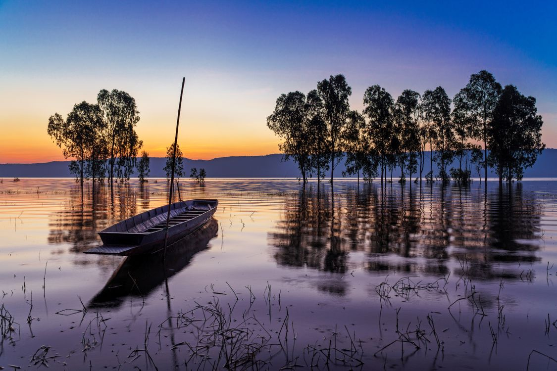 Фото бесплатно Плотина Уболлатана - большая плотина на северо-востоке Таиланда, Таиланд, вода, озеро, закат солнца, деревья, лодка, природа, пейзаж, пейзажи