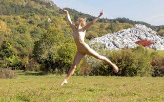 Фото бесплатно ноги врозь, соски, поле