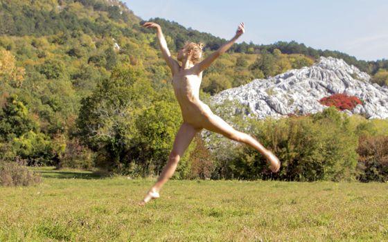 Бесплатные фото Клариса,Эльвира У,Кларис А,Соня С,на открытом воздухе,поле,обнаженная,миниатюрная,небольшой сиськи,соски,бритая киска,прыжки