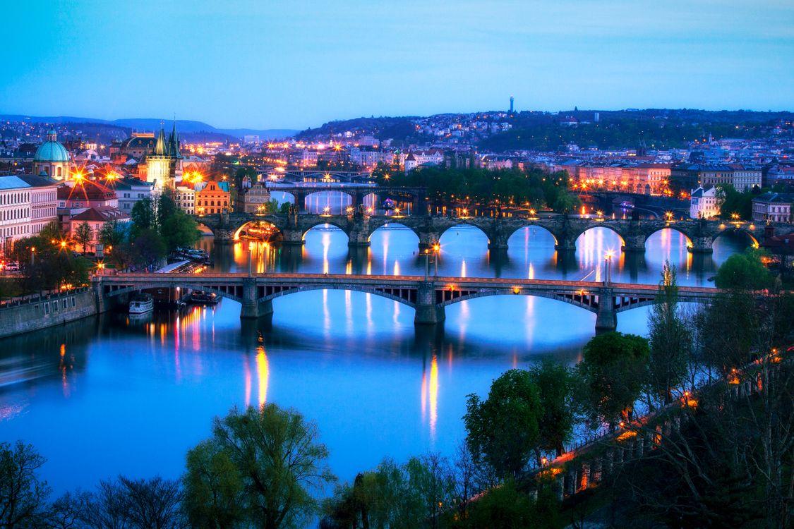 Обои Прага, мосты, река, ночь, лето, деревья, тротуар картинки на телефон