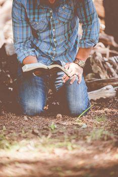 Фото бесплатно человек, трава, чтение