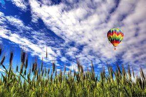 Бесплатные фото поле,колосья,небо облака,воздушный шар,пейзаж