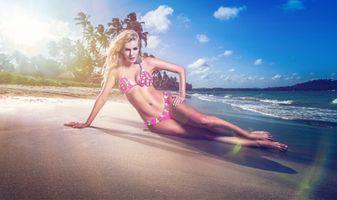 девушка на пляже · бесплатное фото