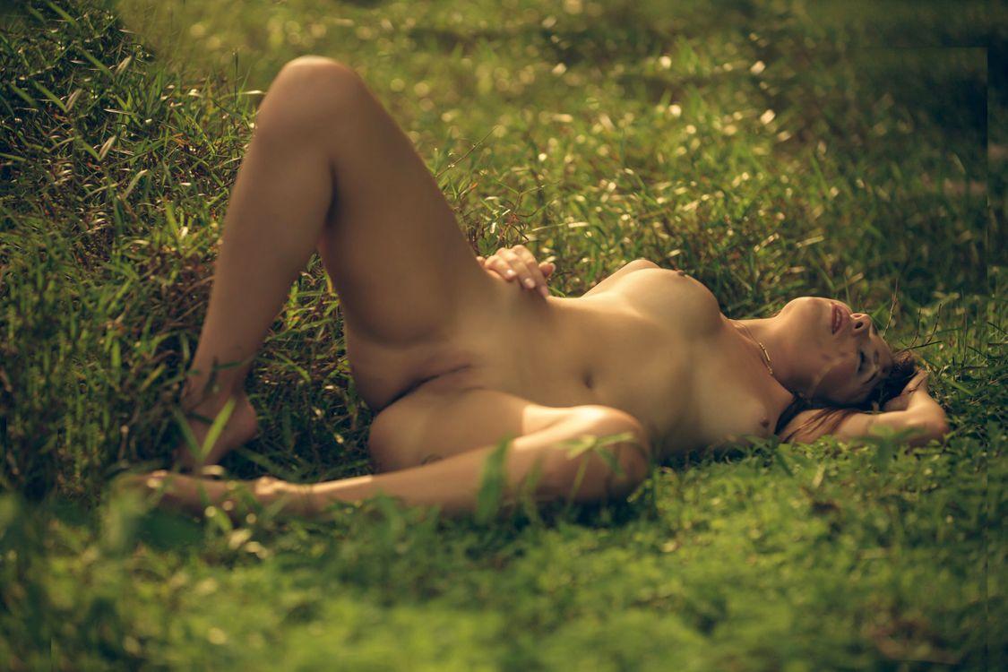 Фото бесплатно niemira, идеальная девушка, сексуальная девушка, брюнетка, обнаженная, открытая, ноги, ножки, природа, киски, трава, сиськи, бритую киску, половые губы, загорелые, эротика