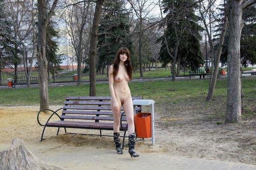 Голая идет по парку
