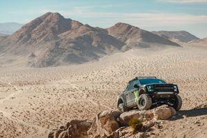 Форд F150 взбирается на скалу · бесплатное фото