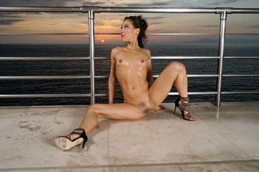 Бесплатные фото Kalina Ryu,Lily Ocean,брюнетка,море,закат,голая,грудь,сиськи,соски,обрезанный куст,киска,половые губы