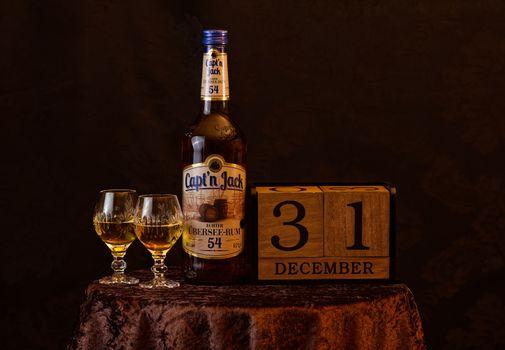 Фото бесплатно новый год, ром, пить, алкоголь, напиток, канун нового года, поворот года, бутылка, бокалы, выпивка