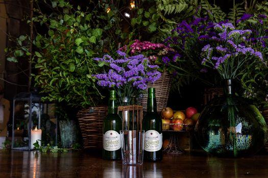 Бесплатные фото Trabanco Sobre La Madre,вино,цветы,свечка,вазы,молодой сухой сидр,напиток,натюрморт