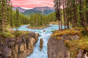 Фото бесплатно Sunrise at Sunwapta Falls, Jasper National Park, Alberta