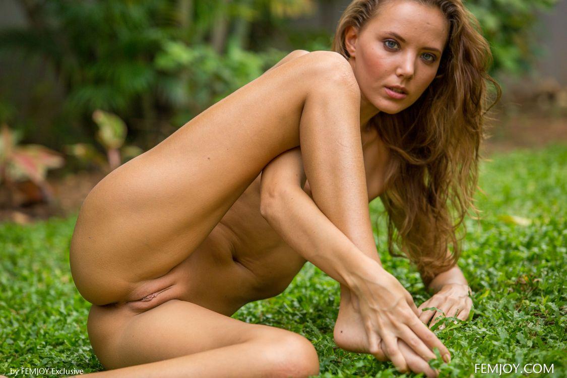 Катя разделась на природе · бесплатное фото