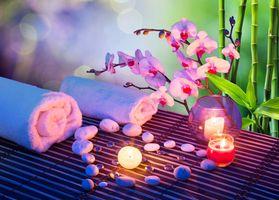 Фото бесплатно массаж сердца со свечами, орхидеями, полотенцами и бамбуком