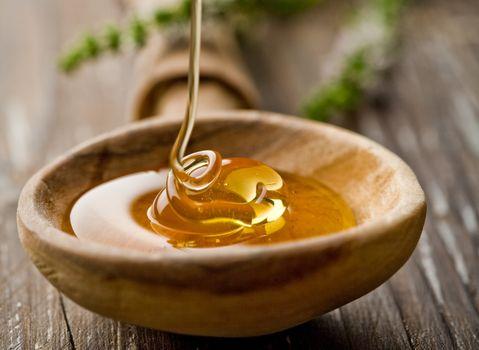 Мёд в деревянной плошке · бесплатное фото