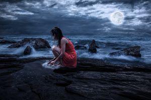 Бесплатные фото ночь,луна,море,пляж,волны,девушка,камни