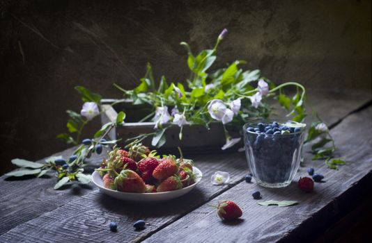 Фото бесплатно wood, коробка, цветы, ягоды