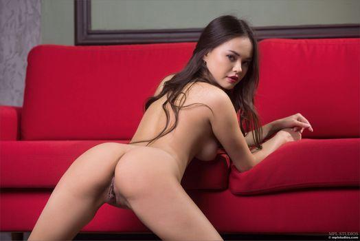 Анника А выставляет свое красивое тело