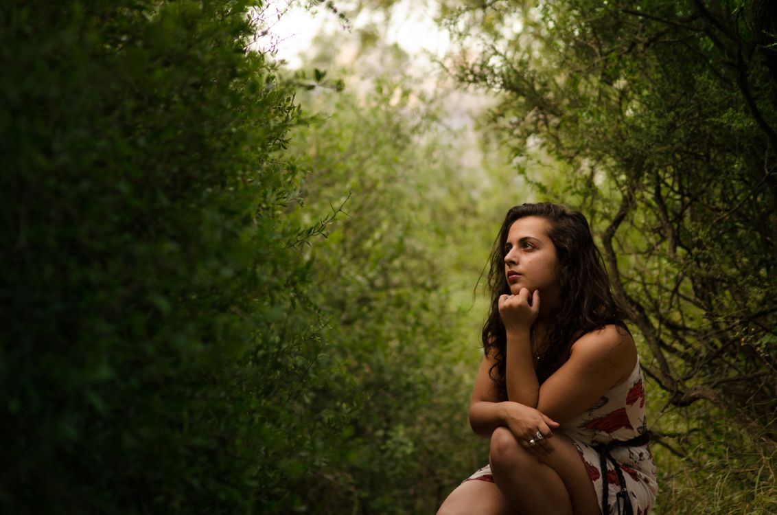 Обои природа, женщина, зеленый, легкий, думать, созерцать, путь, вдохновение, красоту, закат солнца, фотография, дерево, девушка, древесное растение, трава на телефон   картинки девушки