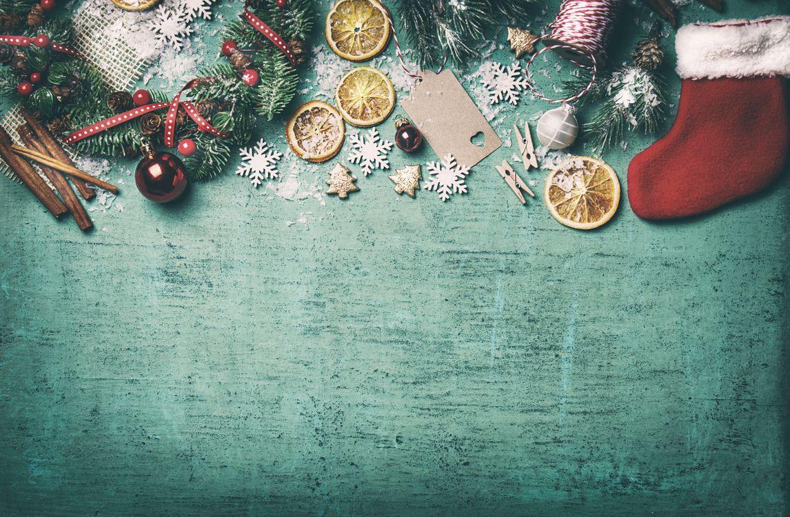 Фото бесплатно декор, корица, дольки апельсина, игрушки, праздник, новый год