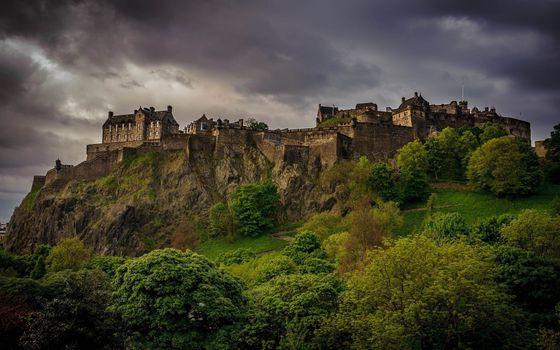 Заставки замок, темные облака, гора