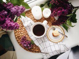 Кофе, свечи и сирень · бесплатное фото